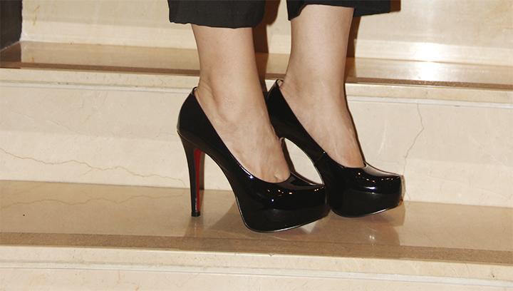 Scarpin meia pata preto solado vermelho Happy Walk