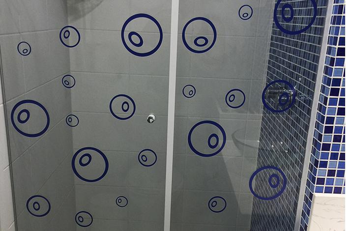 Espelhos e adesivos QCola para decorar a casa