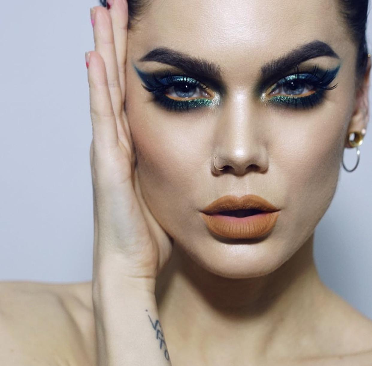 maquiagem vibrante com flitter para o carnaval